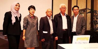彭文宝(右2)为座谈会主持开幕礼,谭伟梁(右)、西蒂诺莱因(左起)、邓晓璇及莫哈末帕兹陪同。