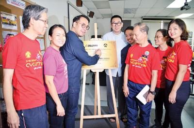 沈志强(左3)为武拉必中学技职课程多媒体教学室主持开幕礼。王丽丽、武拉必中学校长郭莲福及家协理事等人陪同。