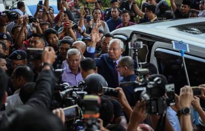 亚洲城手机会员登录坐入白色休旅车前,向支持者挥手道谢。