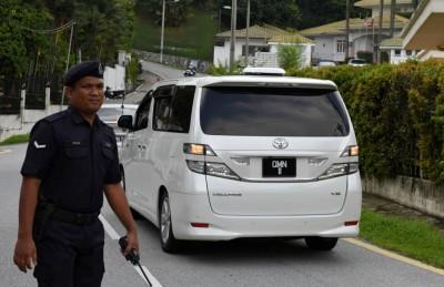 休旅车在交警的开路下,周三下午到亚洲城手机会员登录的私邸。
