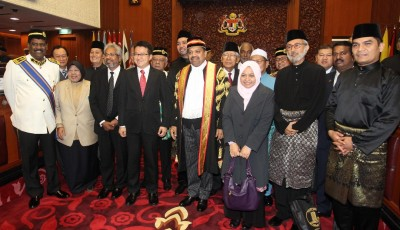 8名上议员在宣誓仪式结束后,与上议院主席拿督斯里威尼斯华仁(左5)合照留念。左3起是瓦塔慕迪及刘镇东。