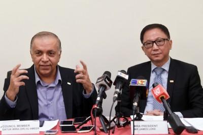 阿米尔(左)与陆志光促教育部在落实新校鞋政策前,应先与相关利益者作进一步协商。