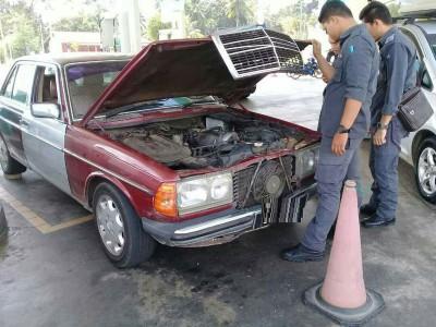 市消局执法组人员检查疑已改装的马赛地轿车。
