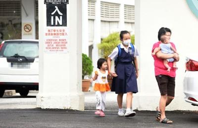 记者被禁入校园后在校外等候,一小时内目睹逾10名家长陆续将孩子们接走,这些学生皆面戴口罩。