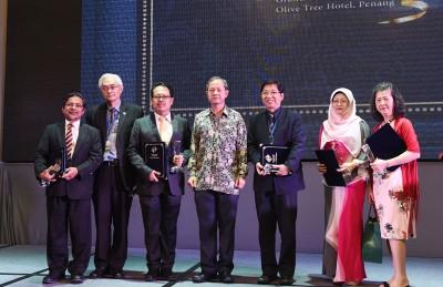 李文材(左4)到出席国家肾脏登记公司(NRR)25周年庆典上宣告纪念品给以该协会服务多年之积极分子。