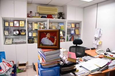 黄田志在服务中心的办公室,留下许多纪念牌,从中显示热心参与社区活动,而桌上还有不少文件。