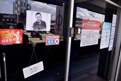 职员们在服务中心玻璃门上张贴黄田志黑白肖像,以悲痛心情悼念。