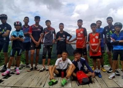 12名少年足球队队员与他们的教练全部生还。