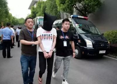 警方拘捕涉案疑犯(中)。