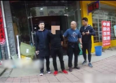 韩男(左二)被捕。