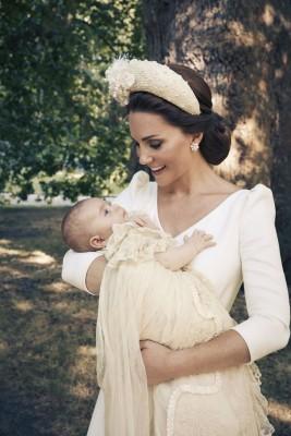 凯蒂与路易小王子对望、幸福满泻。