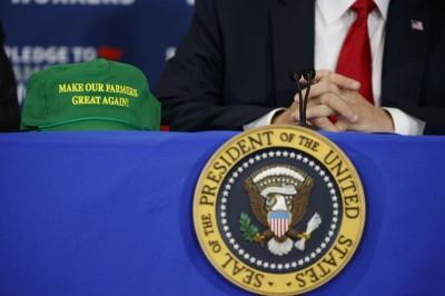 """绿帽写上""""让我们的农民再次强大""""。"""