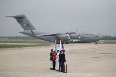 白宫派军用运输机接载遗骸。(法新社照片)