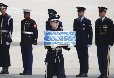 当年死于韩战的美兵遗骸抵达韩国。(法新社照片)