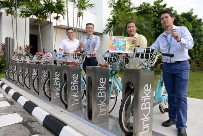 英特尔LinkBike租用公共脚车停放站启用仪式。(右起为)苏承业、尤端祥、黄金发及杨健聪。