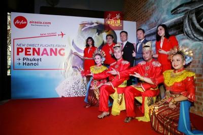 李德龙(后排左2起)、杨顺兴及黄茁原为亚航扩展槟城枢纽新增的两个航班主持推介礼。