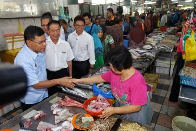 赛夫丁巡视峇央峇鲁湿巴刹后指出,从6月1日起,消费者更愿意消费。