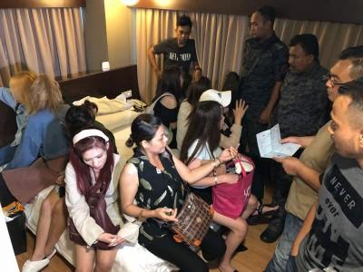 移民局官员是昨晚9时到槟城乔治市一家三星级酒店搜查,为时3小时,有7名泰国籍女郎被扣留。
