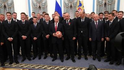 普京表扬了俄罗斯足球队。