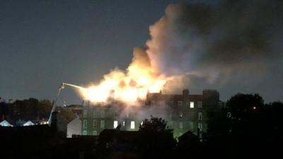 大厦顶楼发生大火。