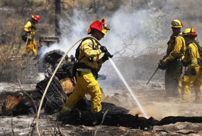 消防员在加州Idyllwild附近,顺着245号公路对热点射水。