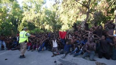 移民突然聚集并冲击休达边境。