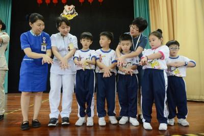 槟城卢源来专科医院今日派出护士前往槟威18所华小,教导小学生正确洗手方法。