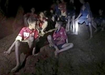 泰国军方发放被困足球队队员的片段。
