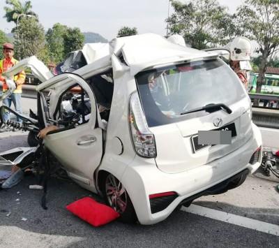 迈薇车头凹毁,二青年被夹毙车内。