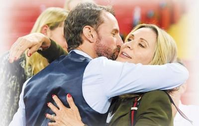 英格兰主帅索斯盖特赛后走上观众席亲吻妻子亚丽森。