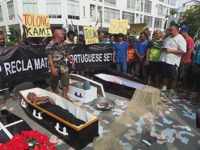 村民躺在棺木里扮死者,象征马六甲葡萄牙的文化和习俗因为发展而一并死亡。