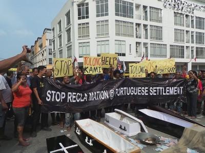 约200名葡萄牙村村民和渔民高举大字报并高喊口号,抗议填海计划毁了生计和民族文化。