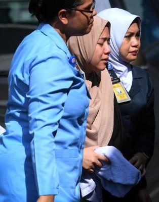一夜间痛失爱儿的法拉周三上午到吉隆坡中央医院认领遗体。