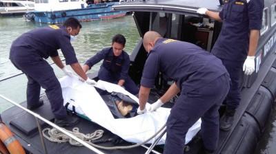 搜救队伍把溺毙偷渡客遗体运上岸。