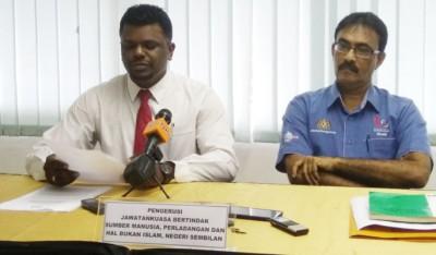 """阿鲁古玛(左):劳工局将于7月开始展开""""服从行动"""",所有违例雇主将受到法律行动对付。右为S马兰查。"""