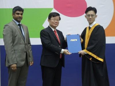 曹观友(遇)每当莫哈最终麦汀(左)伴随下颁发毕业证书予毕业生代表。