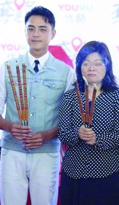 明道主演的《套路》,上月重新开机,右为导演林淑贞。