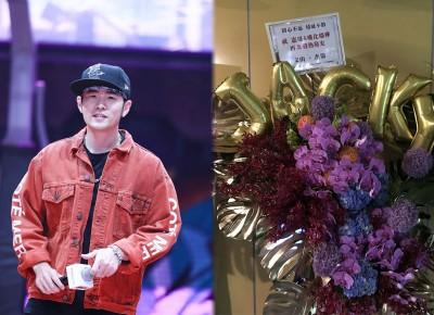 周杰伦送花篮祝吴宗宪演唱会顺利。