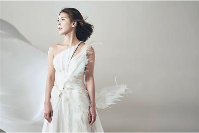 许茹芸拍摄专辑概念照,换上一袭白色礼服洋溢仙气。