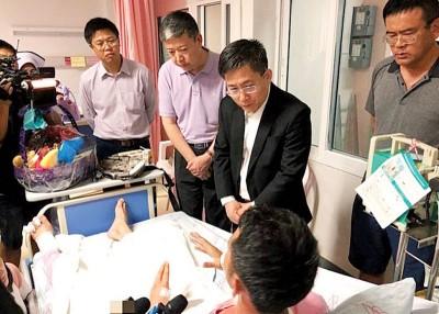 中国驻泰国宋卡总领事周海成(右2)到医院探望受伤的中国游客。
