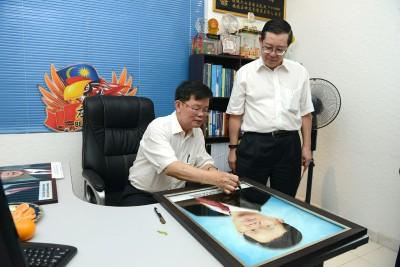 曹观友(左)对新选区服务中心表示满意,右为林冠英。