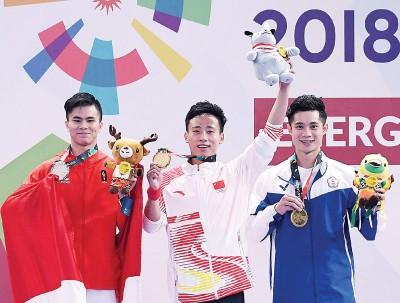 冠军中国选手孙培原(中)、亚军印尼选手萨维尔(左)和季军中华台北选手蔡泽敏。