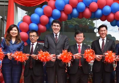 曹观友(左4)及多明尼科(左3)在朱秀凤(左起)、杰瑟尼及石万锦,为位于玻璃池滑电子银行主持开幕礼。