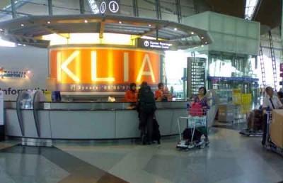 吉隆坡国际机场资讯柜台,为游客提供服务。