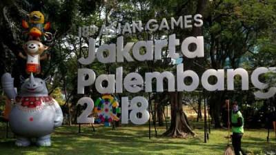 """""""2018雅加达/巨港亚运会""""巨大的牌子竖立在路口,热情欢迎大家到来。"""