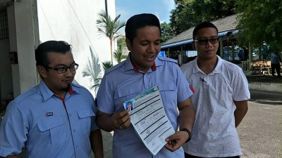 阿菲夫(中)提名后接受记者采访。