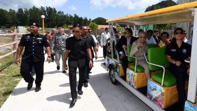 敦马哈迪指浮罗交怡尚有宽裕的地段可被发展成为主题公园,以促进当地旅游业发展。图为首相乘坐电瓶车巡视浮罗交怡自然动物园。