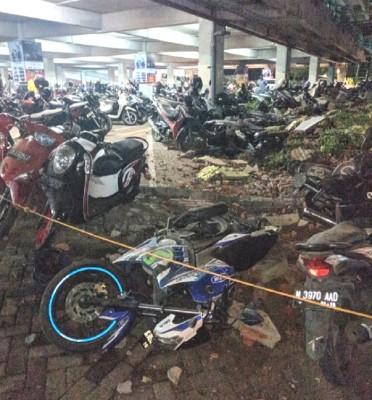 一些建筑物及摩托车损毁。