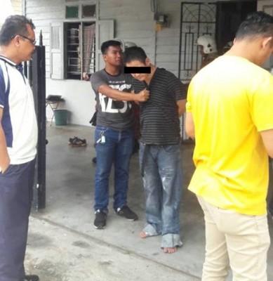企图与2个儿子同归于尽的华男(右2)被劝服打消自尽念头后,由警员带返警局助查。