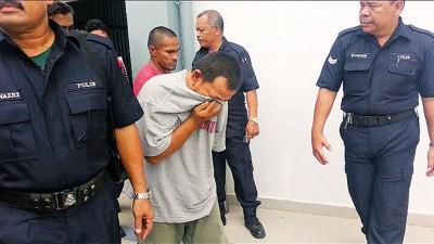 被告尤索夫以衣掩脸避免面容曝光。